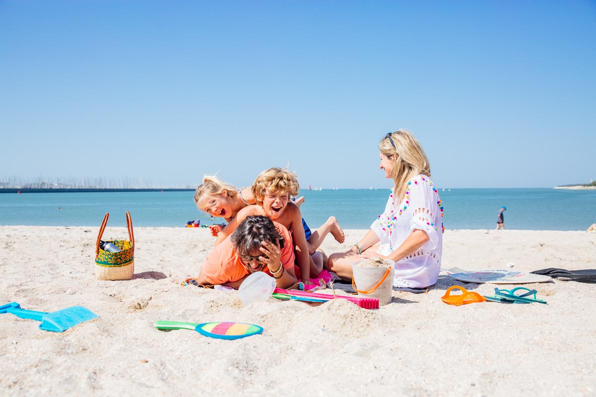 Bébé à la plage : adoptez la bonne sun attitude